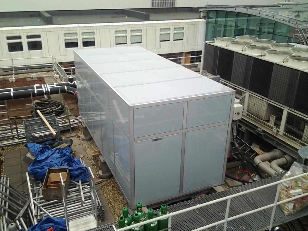 Een superstille omkasting voor een pompinstallatie op het dak van een ziekenhuis
