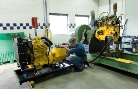 Proefstand voor motoren in de bedrijfshal in Baak