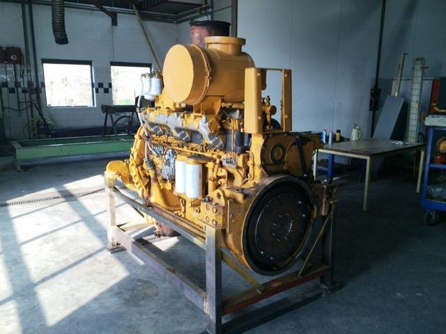 De Komatsu-motor in de werkplaats in Baak.