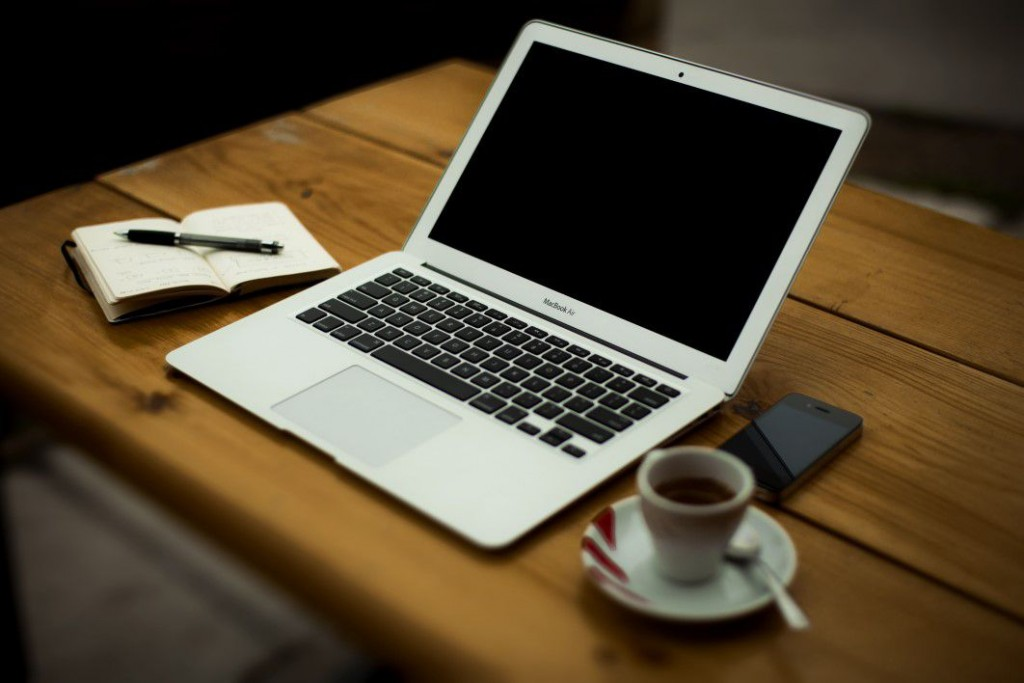 negative-space-macbook-desk-wood-coffee-office-pixabay-thumb-1